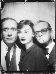 Audrey Hepburn, Mel Ferrer e Truman Capote in una cabina fotografica