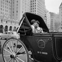 Giro in carrozza, New York, 1953. Foto di Vivian Maier