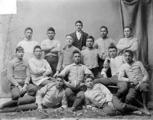 Ritratto di una squadra di football di nativi americani al college, 1879