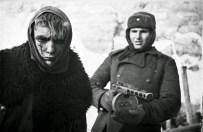 Un prigioniero di guerra tedesco scortato da un soldato sovietico, Stalingrado 1943