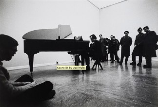 Jannis Kounellis, 1970. Fotografia di Ugo Mulas