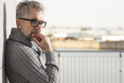 lterer Mann mit brille schat nachdenklich