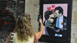 Rajoy y Puigdemont se besan