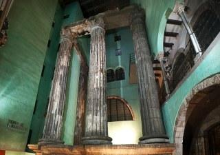 1200px-Columnas_Templo_de_Augusto_Barcelona (1)