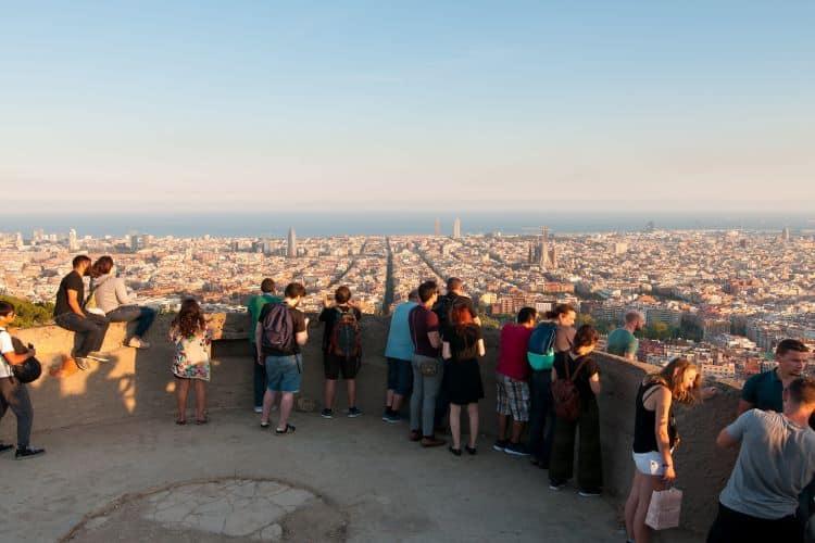 Mensen genietend van het mooie uitzicht over Barcelona