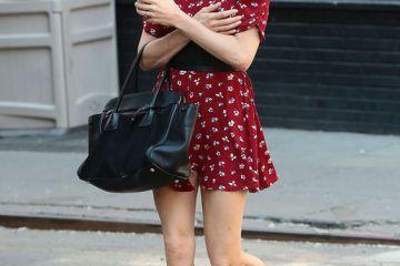 Look Sienna Miller vestido rojo estampado y bailarinas negras ganfas de sol Londres