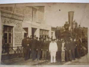 """A háború alatt a németek felrobbantották az állomást. A robbantás során használt """"légi akna"""" csak az épület félszárnyát szakította le. Ez a felvétel már a helyreállítás után készült, és Gombár Józsi bácsi is ott van rajta sok-sok elfeledett barcikai vasutassal együtt! Az épület később még sok átalakításon ment keresztül - Husonyicza Margó (fotó: Tordainé Gombár Edit / KDK)"""