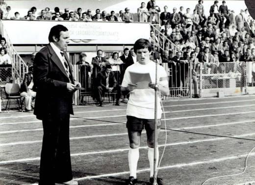 A 76-77 es bajnokcsapatként köszönti a szurkolókat. A tribünön érdeklődve figyel a szerk.