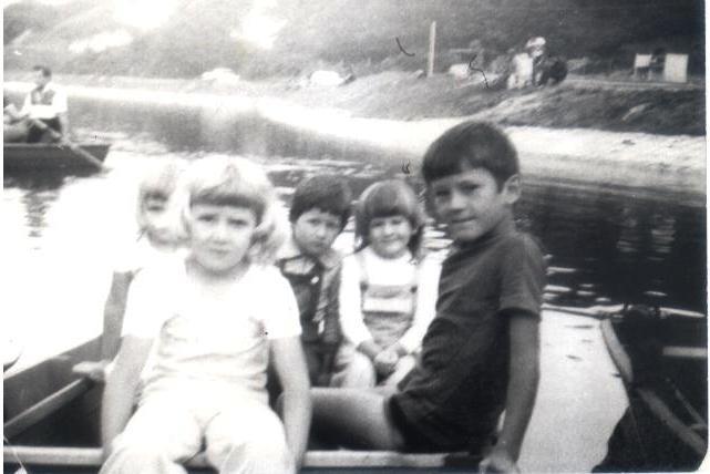 Amikor még csónakázótó volt a Csónakázó-tó. – Veresné Bozó Csilla, Jakucskáné Bozó Ilona , Kismarton József és Kőrösi Zsuzsa társaságában Kőrösiné Berlinszki Margó