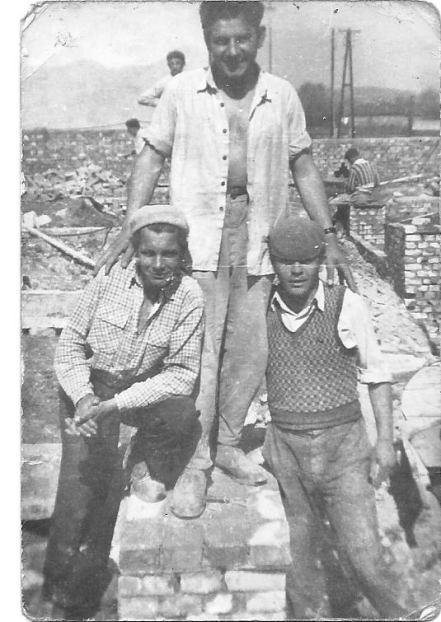 1959. április, alapozás közben: Dózsa Sándor, Enyedi Sándor, Reszegi Lajos és a háttérben Markos László kőművesek láthatók