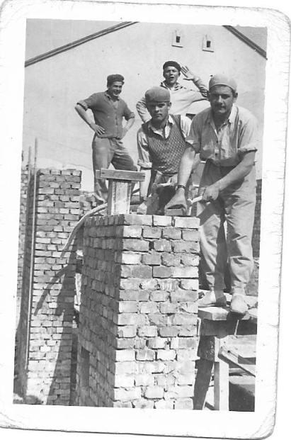 Az épület alapozása és a kéménypillér építése. A képen Reszegi Lajos, Enyedi Sándor, Tóth András és Pósa Gábor látható, az időpont pedig 1959. május