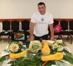 A kiállított tárgyakhoz hozzányúlni szabad, sőt… – Oravecz Péter ételszobrász volt az Újkazinciak vendége