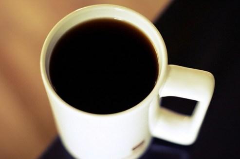 beber-café-amarela-os-dentes