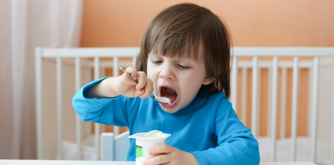 garotinho-comendo-iogurte