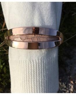 Skinnarmbånd med pynt i rustfritt stål som er belagt med rosegull