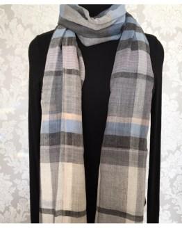 Mønstret skjerf i delikate vinterferien som blå, grått og beige