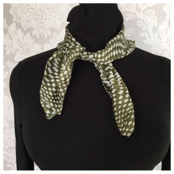 Silkeskjerf olivengrønn hvit