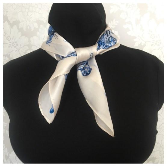 Silkeskjerf, kremhvit og blå