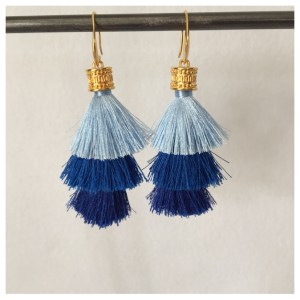Ørepynt med store blå dusker