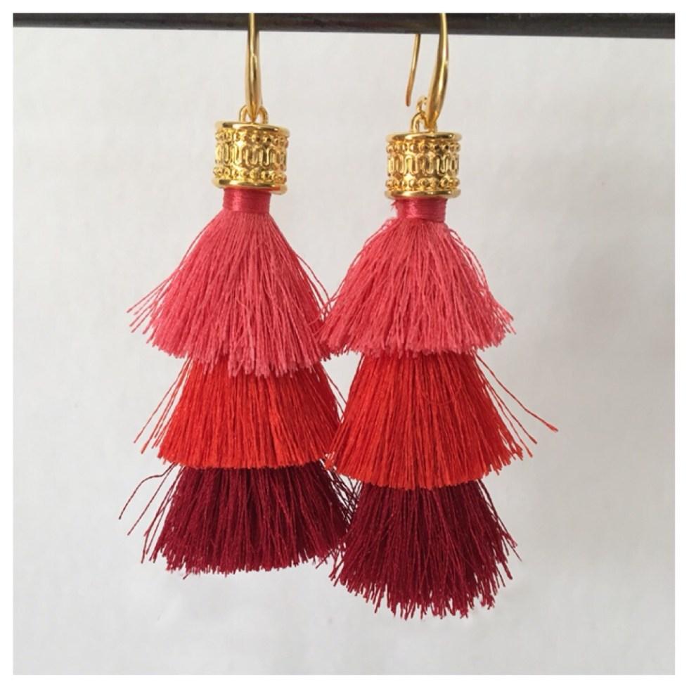 Ørepynt med store røde/rosa dusker