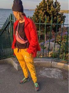 Dresowe żółte spodnie nad morzem