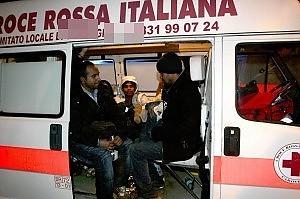 Salento, yacht con migranti in fuga finisce contro gli scogli, tutti salvi