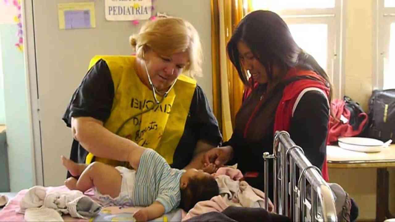 Алейда преглежда малък пациент по време на участието си в медицинската бригада в Аржентина