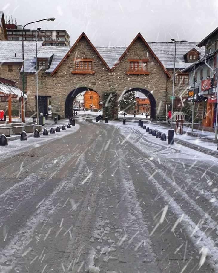 Neve e gelo nas ruas de Bariloche