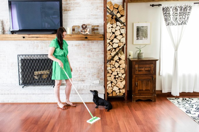 How to remove pet hair from floor