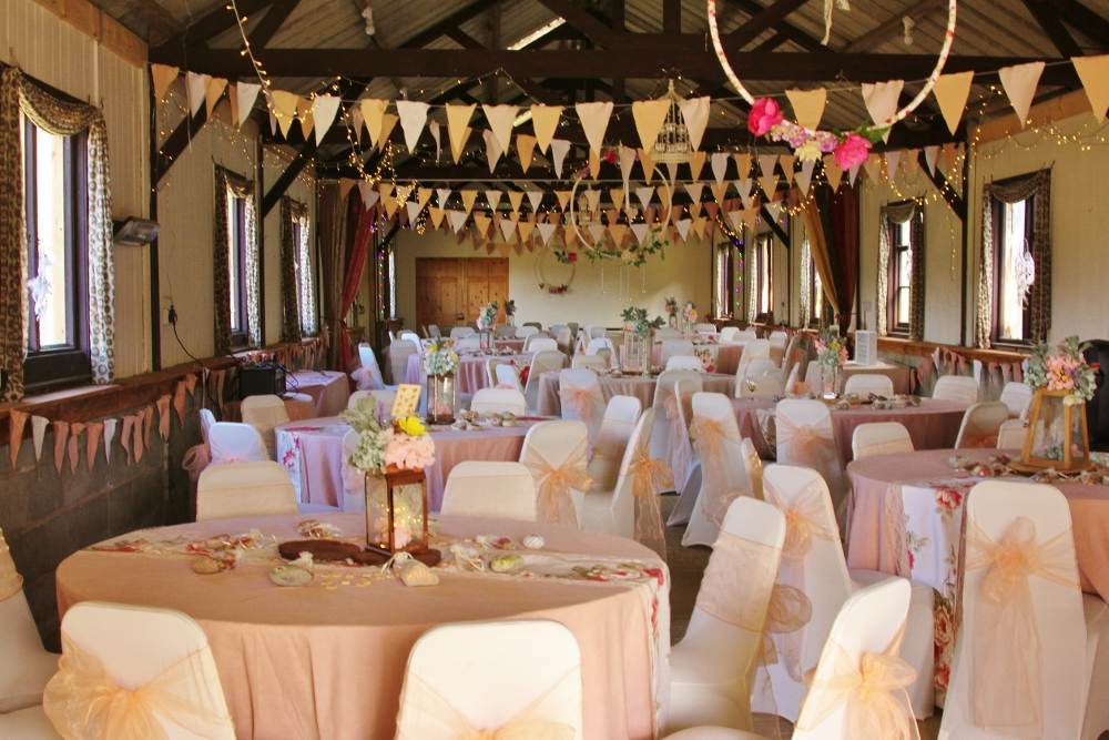 15 Awesome Ideas For Barn Wedding Decorations