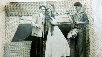 Juan Silvent e dous artistas ambulantes, facendo a porta