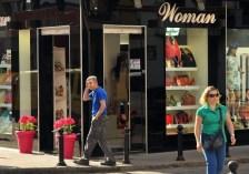 Josefa Vida Bermudez fue la dueña de una tienda llamada TRESOL, ubicada donde actualmente está la tienda de la foto. Siguiendo el consejo de un antiguo jefe, la pareja hipotecó su casa de dos habitaciones por 90.000 euros para abrir la tienda en 2009. Pero a los pocos meses, la crisis de deuda en Europa arrasó el país, y el crédito se acabó. Josefa vio que las mujeres con problemas económicos de Córdoba se decantaban más por los monederos chinos muy baratos y los vestidos de Bangladesh.