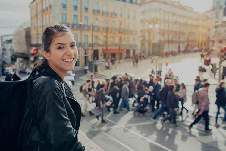 mulher sorrindo em Portugal