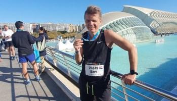 Ikzelf na afloop van de marathon van Valencia, trots met de medaille in de hand