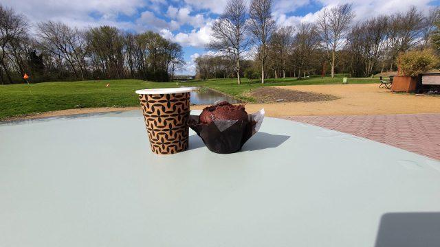 Koffiebeker met muffin