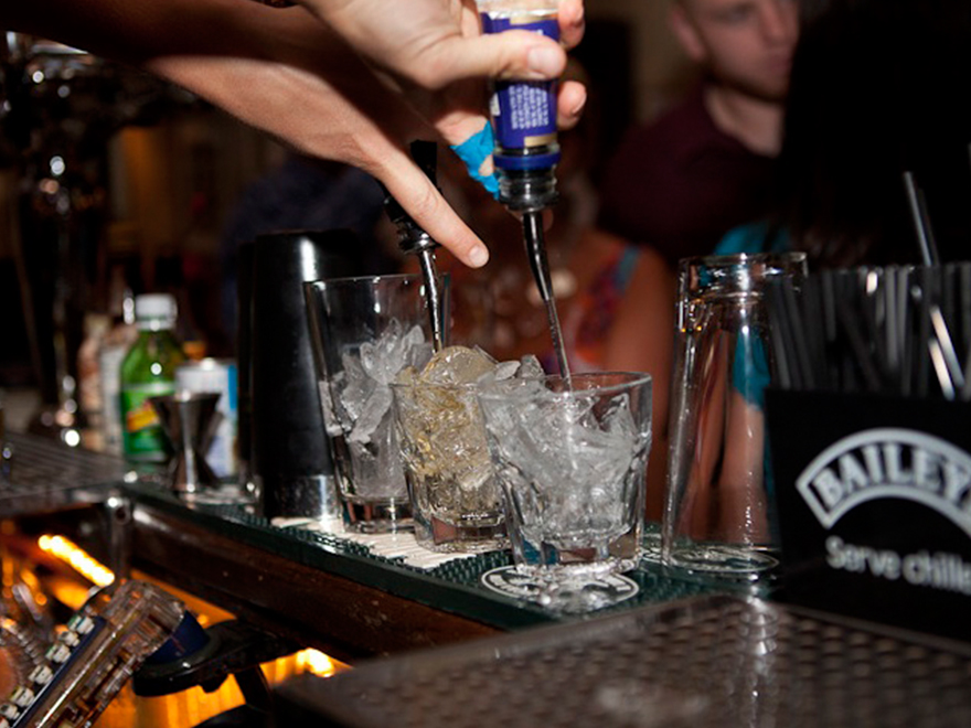 5 Reasons you should want your bartenders to free pour.