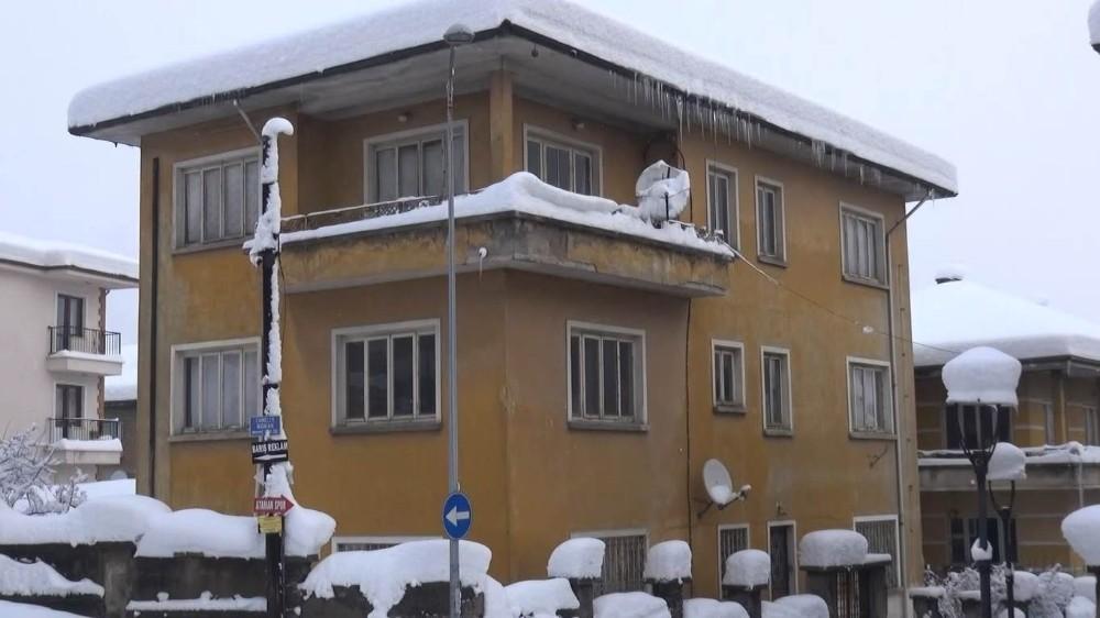 Bartın'da bir metrelik buz sarkıtları oluştu