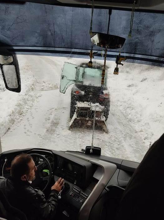 Karda kayan yolcu otobüsü yoldan çıktı