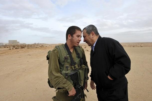 Foto di Ariel Harmoni _Ehud Barak durante la visita di ieri nella base militare di Tzeelim_
