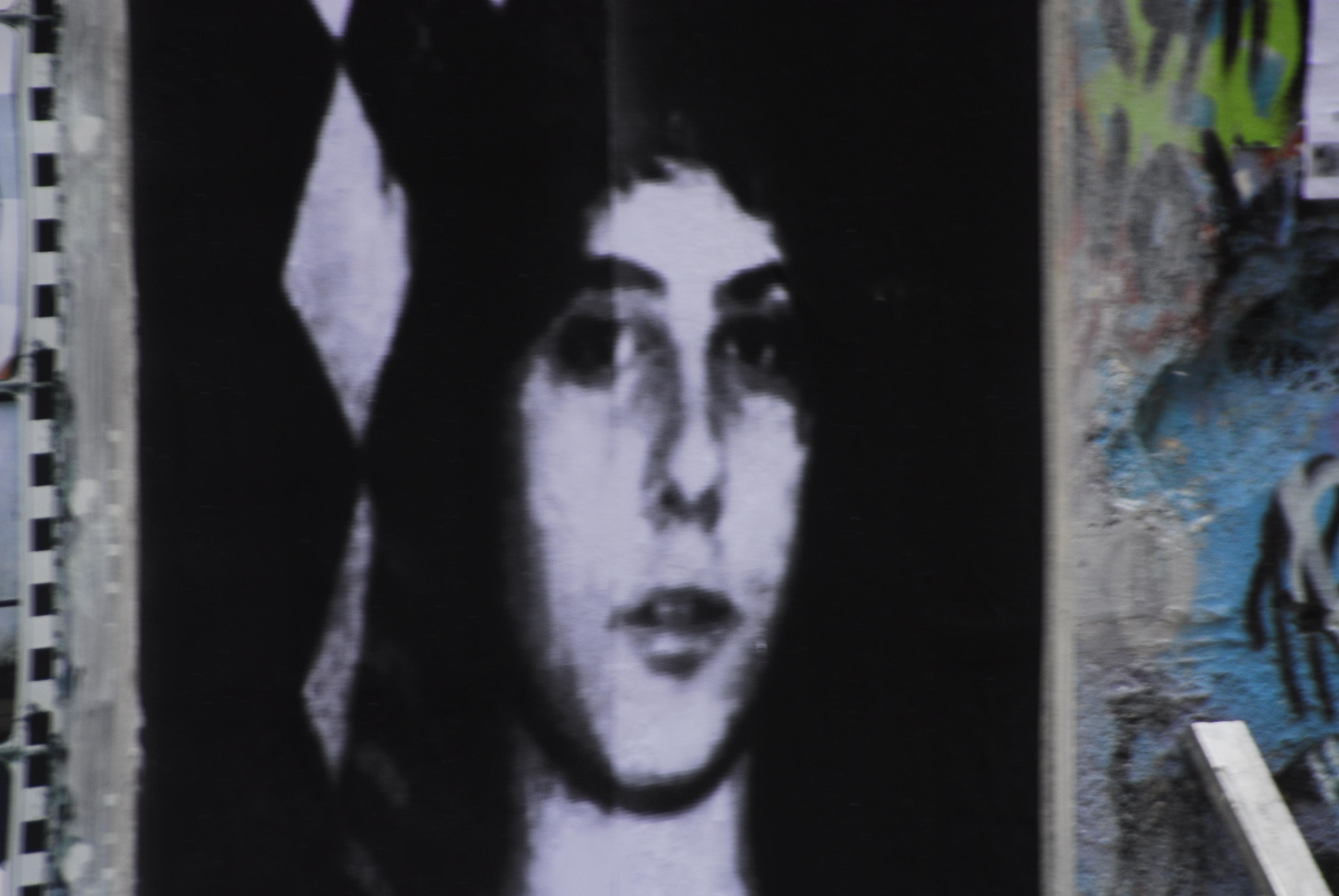 Foto di Valentina Perniciaro _Il volto di Alexis sulle mura di Atene_