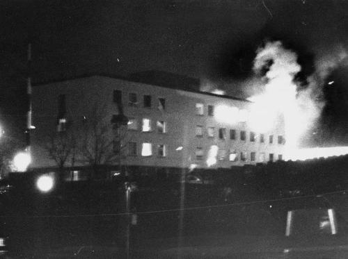 L'ambasciata tedesca a Stoccolma in fiamme dopo l'attacco della RAF, avvenuto il 24 aprile del 1975