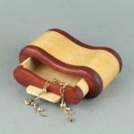 صندوق مجوهرات خشبي صغير
