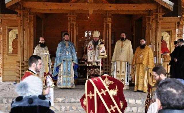 slujire-arhiereasca-in-altarul-de-vara