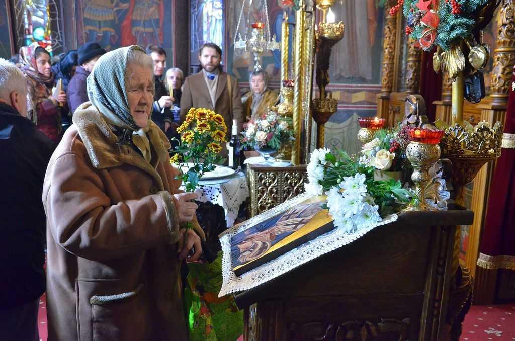 https://i1.wp.com/basilica.ro/wp-content/uploads/2016/12/Hram-Sf%C3%A2ntul-Spiridon-Vechi-credincio%C8%99i.jpg