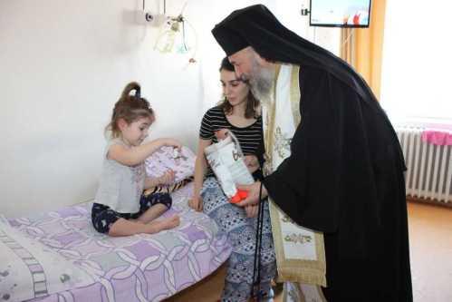 IPS Casian binecuvântând un copil