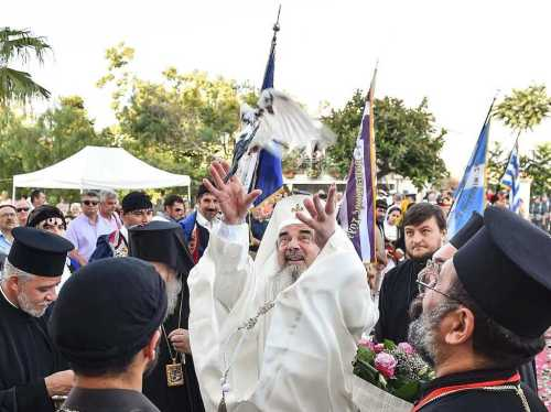 PF Daniel eliberand un porumbel la Sinodul din Creta