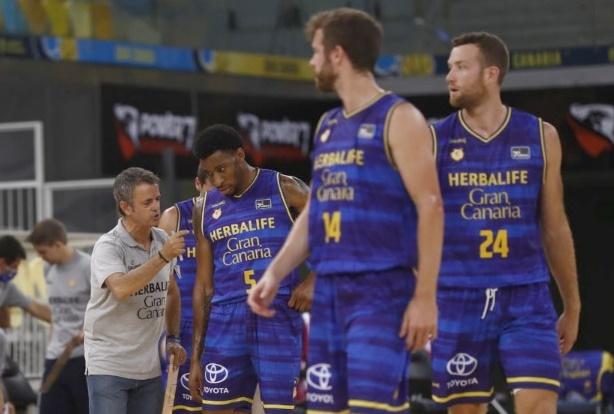 Fisac decidió hacer rotaciones de ocho jugadores en ambas partes del partido