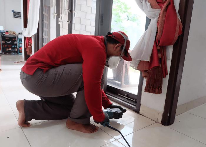 Gambar Cara membasmi rayap di lantai, plafon, dan seluruh bangunan dengan sistem pasca konstruksi