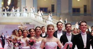 حفل خيري راقص لبنات الطبقة الأكثر ثراء في روسي
