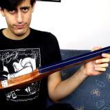 1弦ベースを持つベーシスト